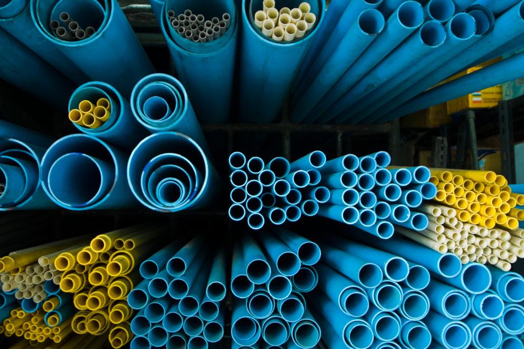 tubes PVC bleu et jaunes