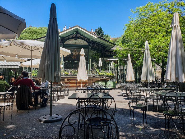 Visiter Genève en une journée café restaurant du Parc des Bastions