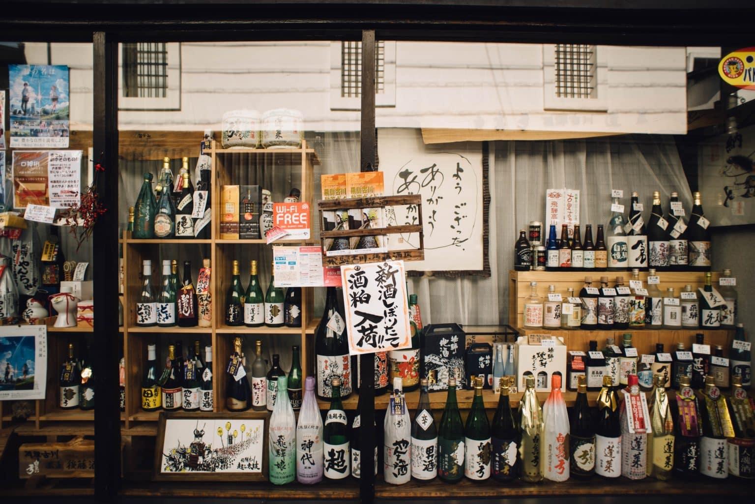 Leçon virtuelle sur le saké dans un bar à Tokyo